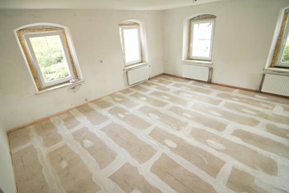 06 | Hotová suchá podlaha s vytmelenými spárami čeká na finální nášlapnou vrstvu.