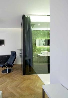 Boční stěny koupelny – černě lakované sklo Lacobel, tloušťka 4 mm, LACOBEL.