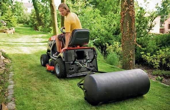 Je-li trávník kompletně položen, uválcujte ho, aby pruhy dobře přilnuly k podkladu.