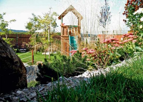 Zahrada je rozdělena na dvě výškové úrovně a pyšní se řadou důmyslných artefaktů.