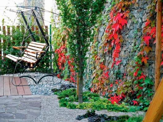 Zahradní architekt David Horák vycházel z dané aktuální situace a do svažitého terénu navrhl zajímavý dvouúrovňový koncept, kde plně využil možnosti gabionů.