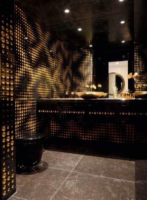 Černý mramor a zlatá fólie symbolizují luxus, jeden ze současných trendů v interiérovém designu. Kolekce Luxury 2, vyrábí italská společnost Lithos design.