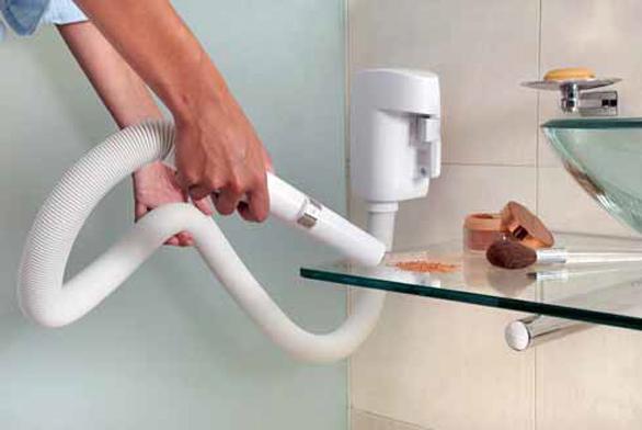 Jak jednoduché a praktické: stačí vyjmout z nástavce vysávací hadici a můžete ihned vysát nepořádek z odstavných ploch, poliček či skříněk (BEAM).