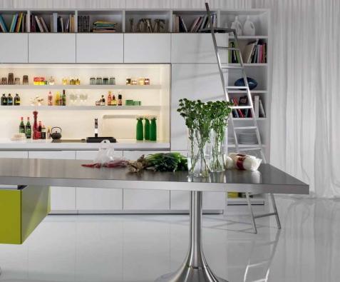 Kuchyň Library (WARENDORF), design Philippe Starck, linka lemovaná knihovnou s plně vybaveným pracovním ostrůvkem, WARENDORF.