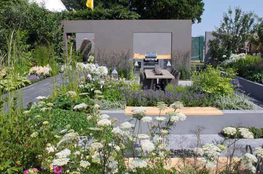 Větší obývací zahrada obsahuje nejenom snížená posezení, ale také užitkovou část s ovocnými stromy a smíšenými zeleninovo-bylinkovo-okrasnými záhony.