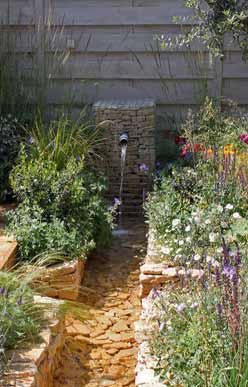 Zahrada s dřevěnou terasou nad křížícími se vodními kanály byla inspirována zahradami staré Persie.