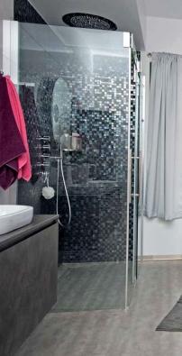 Sprchový kout Piana Slide (PALME), cena 80 000 Kč, armatury Bosisini, ceny: stropní sprcha s funkcí chromoterapie 78 600 Kč, sprcha s vodopádem 10 070 Kč.