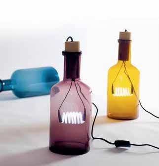 Stolní lampa Bouché (SELETTI) – skleněná láhev s uzávěrem, do níž byl vložený světelný zdroj s neonovou zářivkou, 3 odstíny, v. 39 cm, Ø 15 cm, cena 2 950 Kč, DECOLAB.