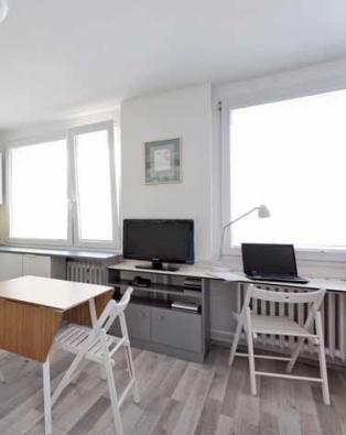 Designérka vybrala bukové, bíle natřené židle Terje pro jejich dobrou stabilitu a příznivou cenu.