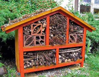 Podobné úkryty mají společné to, že nejen pomůžou potřebným tvorům, ale jsou i hezkým doplňkem zahrady.