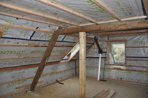 Cílem rekonstrukce části domu bylo vyřešit samostatné bydlení jednoho člena rodiny, aniž by došlo k narušení chodu domácnosti ostatních.