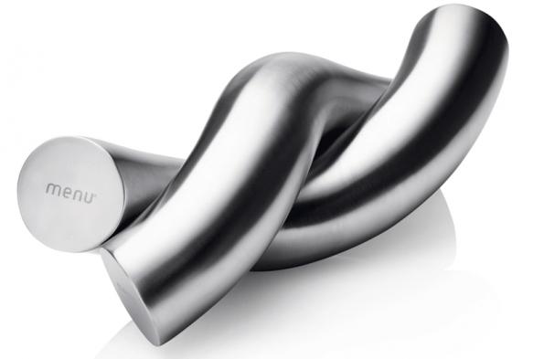 Magnetické činky (Menu, Henriette Melchiorsen) z nerezové oceli, délka 25 cm, váha 1 kg, cena cca 3 600 Kč www.panik-design.com.