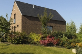Pro stavbu domu zvolili majitelé klasický keramický materiál – cihlu, a větraný sendvičový obvodový plášť s vnější obezdívkou z režného zdiva.