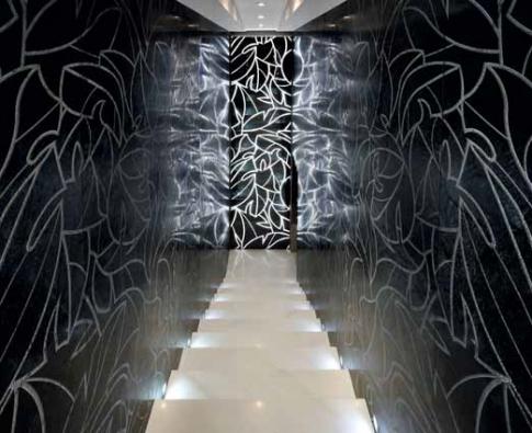 Kolekce Natura, Forest design, černý mramor s broušeným dekorem, nabízí Antolini & Luigi, www.antolini.com.