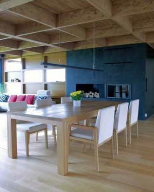 Příjemnou atmosféru lze v jídelní a obývací části umocnit ohněm v krbu.