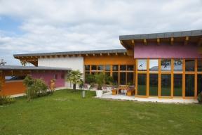 Pestře oděný dřevěný dům