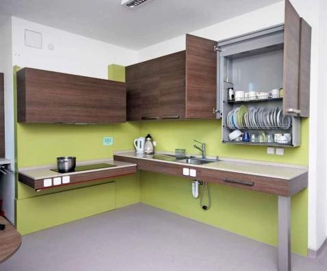 Kuchyňskou sestavu zhotovila pro Centrum Paraple značka Hanák. U obou spodních dílů lze měnit výšku, horní skříňka je vybavená sklápěcí konstrukcí.