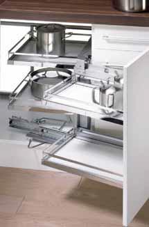 Otočný výsuv rohové skříňky Magic corner nabízí celkem čtyři drátěné úložné koše (HETTICH).