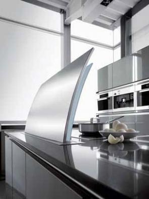 Výsuvná digestoř Futura s obvodovou odsávací štěrbinou se po ukončení práce zcela zasune pod pracovní plochu. Unikátní model společnosti Gutmann vyniká jak progresivním konceptem, tak ušlechtilým oblým tvarem a elegantní kombinací nerez oceli a skla. Vyrábí se v šířkách 900 a 1 200 mm, výkon se dimenzuje na míru interiéru. Cena se pohybuje kolem 180 000 Kč.