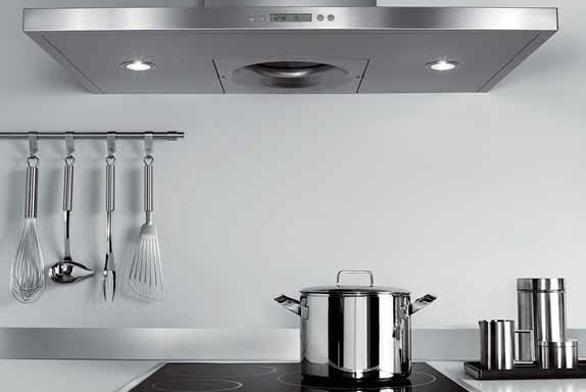 Nerezový komínový odsavač AKR 968 (Whirlpool) dosahuje vysokého výkonu (až 820 m³/hod.) při hlučnosti 56 dB. Je vybaven novinkou v technologii odsávání – ústředním odsávacím zvonem s cylindrickým kovovým filtrem, který účinně zachytává mastnotu i páry. Šířka 900 mm, cena 24 990 Kč.