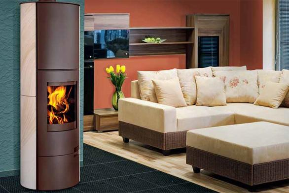 Elegantní a designově vytříbený oválný tvar krbových kamen LUGO působí v interiéru útulným dojmem (ROMOTOP).