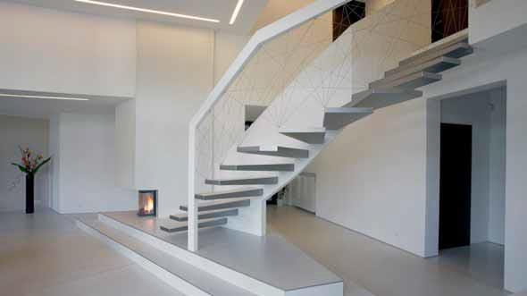 Víc než přesvědčivý důkaz, že interiérové schodiště není pouze nezbytnou spojnicí jednotlivých podlaží, ale že zároveň představuje i efektní architektonický doplněk. V daném případě už rozměrově skutečně velkolepý a konstrukcí i pojetím monumentální prvek.