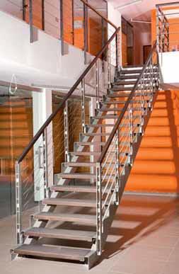 Netradičně řešená kovová konstrukce s dřevěnými nebo skleněnými schodnicemi.