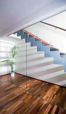 Sedlová ocelová (kovová) schodnice s dřevěnými nášlapy, jedno z častých řešení.