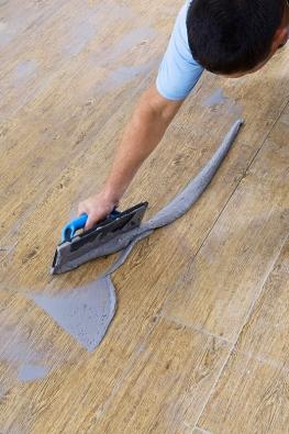 Po vytvrdnutí lepicího tmele je dlažba pochozí a po vyčištění spár lze začít se spárováním. Spárovací hmota (např. GF) se zatírá do spár pomocí neoprenové nebo gumové stěrky.