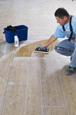 Jakmile spárovací hmota zavadne, plochu opakovaně smývejte čistou vodou a molitanovým hladítkem. Cementový závoj na povrchu dlažby spolehlivě odstraní roztok čističe CL 802.