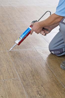 K vyplnění veškerých pružných spojů, dilatačních spár a míst styku podlahy se soklem se hodí silikonový nebo polyuretanový tmel.