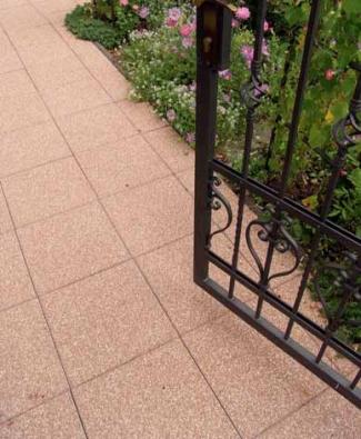 Vymývaný povrch dlažby Simona je tvořen ušlechtilým říčním nebo drceným kamenivem, které při této povrchové úpravě plně vyniká svou barvou a strukturou.