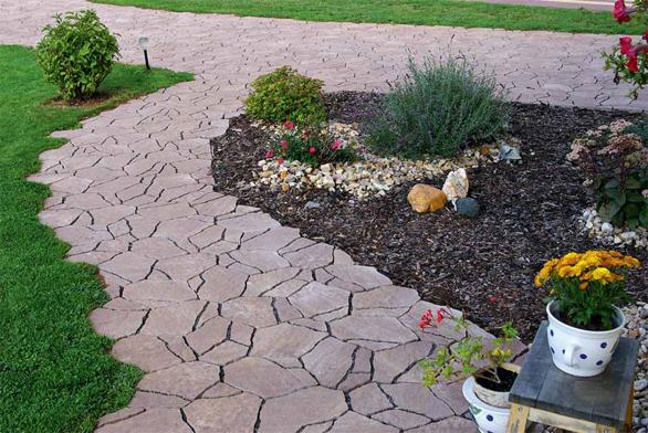 Správný výběr dlažby dokáže pohyb po pozemku nejenom ulehčit, ale může být i významným estetickým přínosem pro vzhled zahrady.
