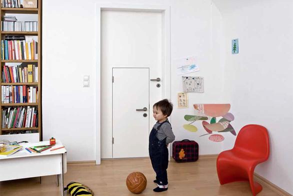 Na trhu naleznete i dveře, které v sobě mají výřez sloužící jako druhé menší dveře pro děti. Jsou přizpůsobeny výšce dítěte a to si pak připadá jako opravdový dospělák. Máte-li doma psa či kočku, využijte i výřezu pro domácího mazlíčka. Design vytvořilo německé studio Jjoo Design, přesněji Stefan van Ouytsel, Annelies Geukens, Cédric Anheule a Sven Verhaert-Pinkoliv ve spolupráci s výrobcem dveří Holitsch. Cena od 14 875 Kč, www.jjoo.cc; www.minjjoo.com.