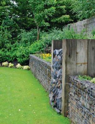 Vertikální břidlicová skalka rozrušuje linie gabionových košů. Autor ji nazval poctou svému profesorovi Ivarovi Otrubovi (klasik české zahradní architektury).