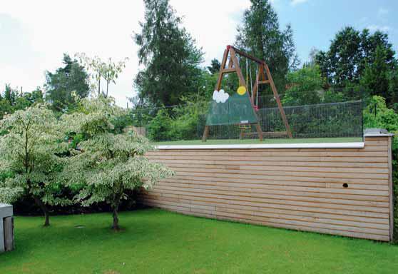 V zahradě jsou volně rozmístěny herní prvky pro děti. Dřevěnou stěnu se sklem zdobí po stranách dvě svídy sporné (Cornus controversa 'Variegata'), které v době své zralosti ještě více zastíní sportovní část zahrady.
