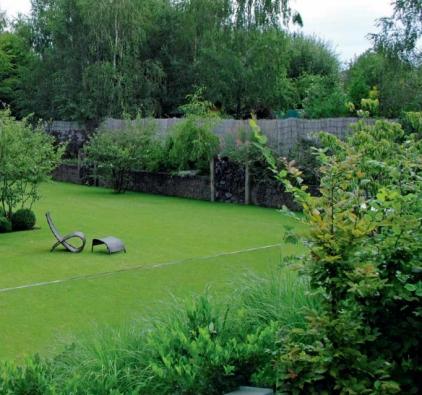 V relaxačních zahradách hotelového typu nesmí chybět kvalitní trávník. V tomto případě vytváří zelený podklad pro pečlivě střižené buxusy, které mají evokovat rozsypané kuličky na dětském hřišti. Motiv se opakuje i v jiných částech zahrady.