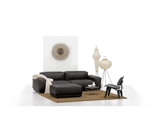 Ukázka rozmístění nábytku v malém obývacím pokoji, nábytek Vitra, design Jasper Morrison, pohovka v několika možných provedeních.