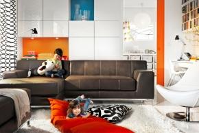 TV sestava Bestå (Ikea) s úložnými díly, posuvná dvířka šetřící prostor kolem sestavy, rámy v odlišných velikostech.