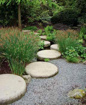 Přechod přes vodu lze řešit betonovými kulatinami nebo deskami; lze použít i valouny, které pokládáme do vody. Pro snadný přechod volíme vzdálenost na délku kroku. Uložení musí být stabilní.