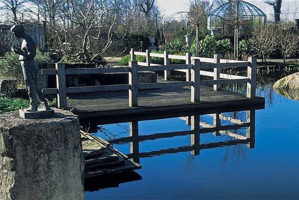 Nejčastějším materiálem na zahradní lávky a mosty je bezpochyby dřevo. Používají se buď exotické dřeviny (massaranduba, jatoba, bangkirai), případně pak modřín, akát, dub nebo tlakově impregnované jehličnaté dřevo.