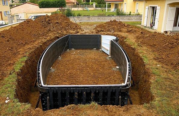 Prvním krokem při budování francouzského bazénu je vyznačení jeho umístění.