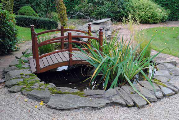 V tomto případě představuje můstek v Zahradě tří bran tzv. cestu do bažin, cestu nikam (tao).