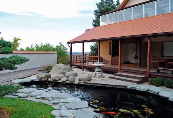 Jezírko s kapry koi, v pozadí veranda s tokonomou, místem na psaní a meditaci.