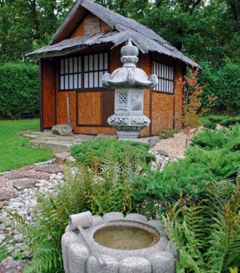 Replika historické čajové chýše s lampou kasuga a s očistnou studánkou tsukubai.