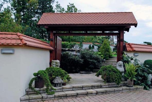 Hlavní vchod do Zahrady nad řekou hlídají lev a lvice. Brána se na noc uzavírá.
