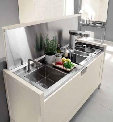 S klasickou kuchyňskou sestavou lze kombinovat uzavíratelný kuchyňský ostrůvek z modulární sestavy La Cucina (CANTORI), do kterého je možné zabudovat kromě pracovní plochy a dřezu i varný elektrospotřebič podle individuální volby, cena (bez spotřebičů) 250 000 Kč, ART H.O.M.E.