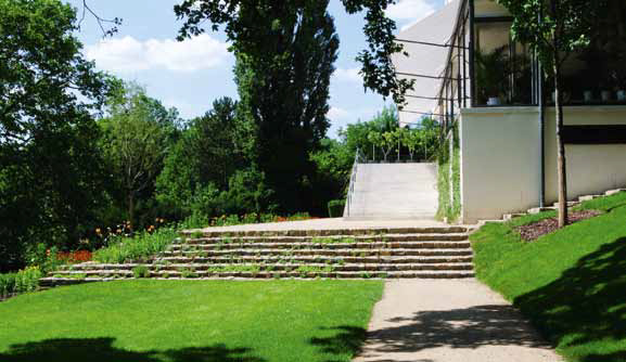 Přírodní a historické zahrady jsou hlavním tématem přednášek Přemysla Krejčiříka. Prezentuje možné střety ochrany přírody a zahradní architektury. Jeho návrhy jsou vždy vstřícné k přírodě a z přírody vycházející. Na snímku zahrada vily Tugendhat, která byla obnovena podle návrhu Přemysla Křejčiříka a Kamily Krejčiříkové.
