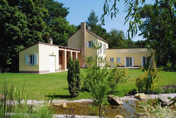 Charakter zahrad, vycházejících z návrhů Drahoslava Šonského, je vždy založený na dokonalé znalosti zahradní architektury i na možnostech rostlinného materiálu. Nápadité jsou zejména zahradní detaily.