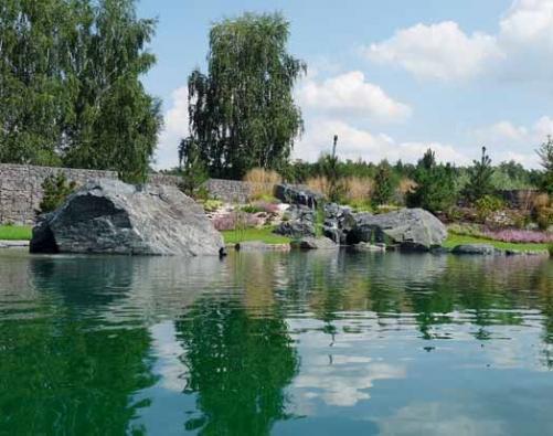 Pohled od terasy k prameništi na umělém kopci. Velikosti jezírka musí odpovídat i mohutnost kamenů – běžně se pohybuje od 3 do 5 tun.